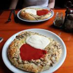 Toruń, pizzeria Piccolo - podano do stołu domowe pizze :-)