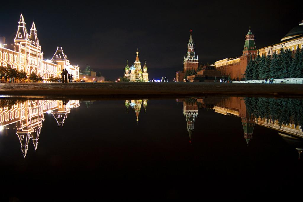 Kolej transsyberyjska: Plac Czerwony w Moskwie nocą. Źródło zdjęcia: http://www.flickr.com/photos/aknock/4511630409/