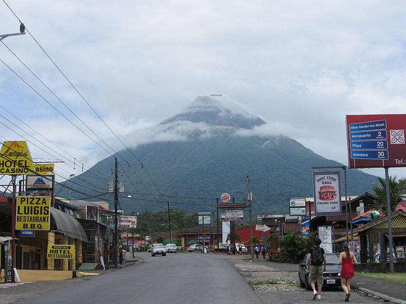 Autostrada Panamerykańska: wulkan Arenal, Kostaryka; źródło zdjęcia: http://commons.wikimedia.org/wiki/File:De_Arenal_vulkaan_vanaf_La_Fortuna.JPG