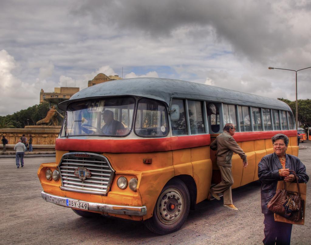 Malta - zabytkowy autobus; autor zdjęcia: Neil Howard
