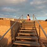 Dwejra: schody do płyty skalnej, skąd doskonale widać Azure Window