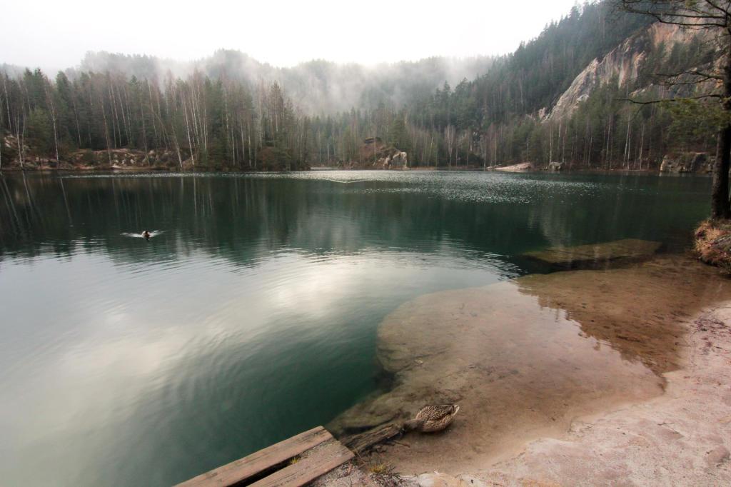 Czechy: Adrszpaskie Skalne Miasto, jeziorko po starej piaskowni
