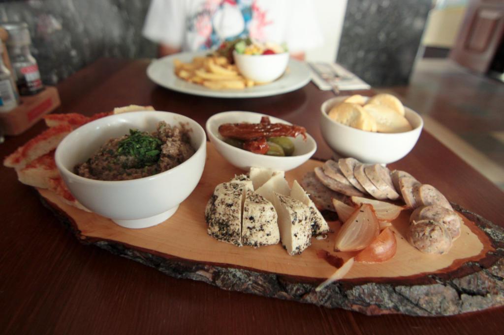 Wizyta w restauracji w Rabacie, stolicy Gozo; deska z przystawkami