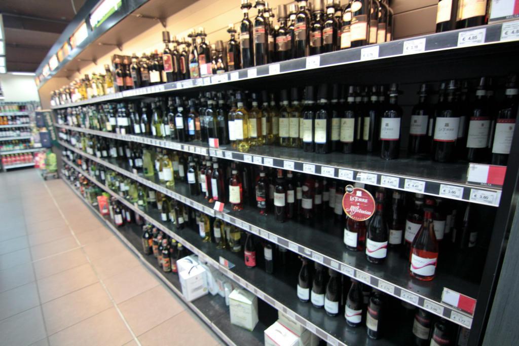 St. Julian's, Malta - półka z winami w markecie Arkadia