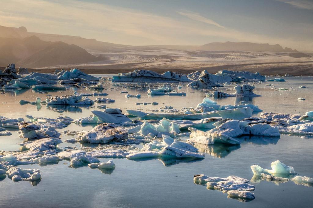 Islandia, Jökulsárlón, czyli Lodowcowa Laguna. Źródło zdjęcia: https://www.flickr.com/photos/iceninejon/7351706040