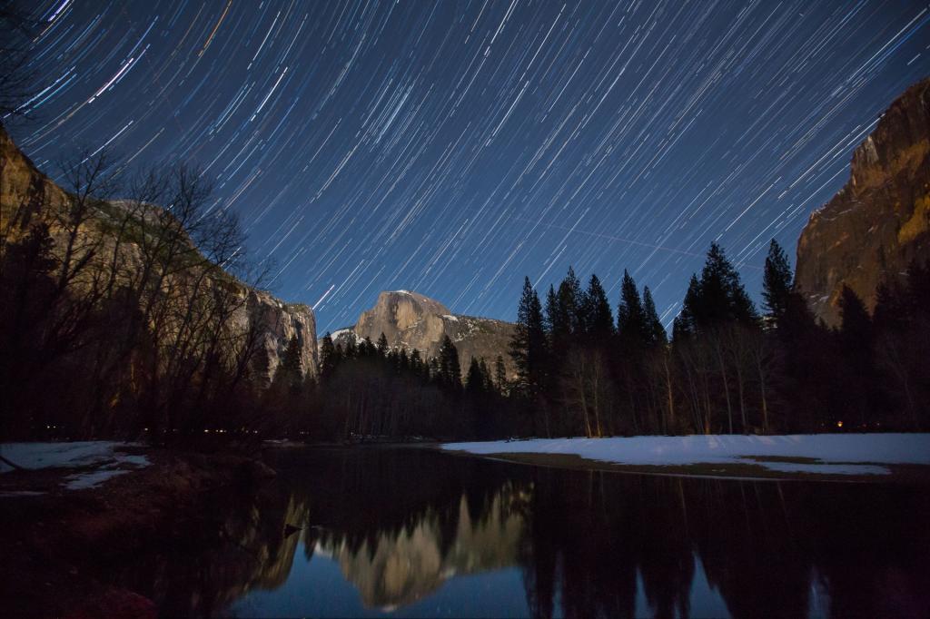 Park Narodowy Yosemite, gwieździsta noc. W tle: formacja skalna Half Dome. Autor zdjęcia: Jeff Krause