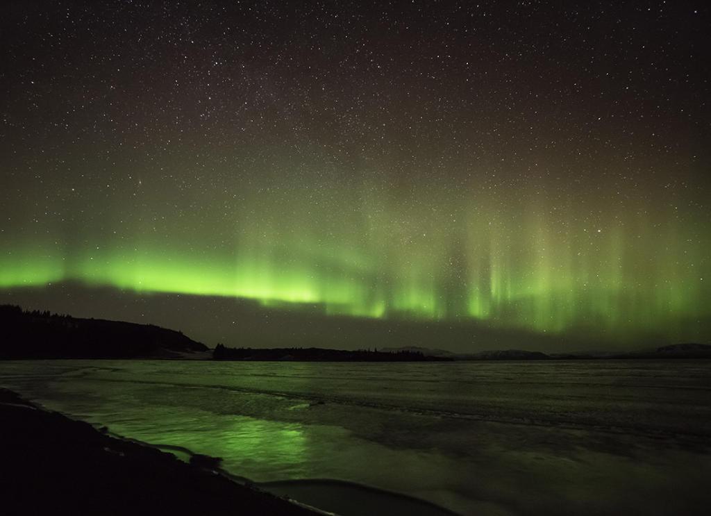 Islandia, zorza polarna nad jeziorem Þingvallavatn. Autor zdjęcia: Kris Williams.