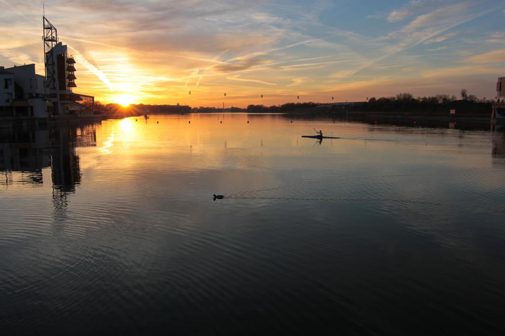 Poznań, jezioro Maltańskie przy zachodzącym słońcu