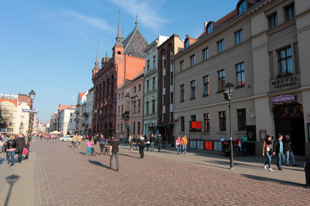 Toruń, kamienice i Dwór Artusa na Rynku Staromiejskim