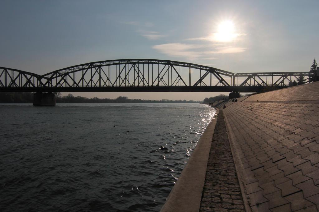 Toruń, Bulwar Filadelfijski przy Wiśle, widok na most