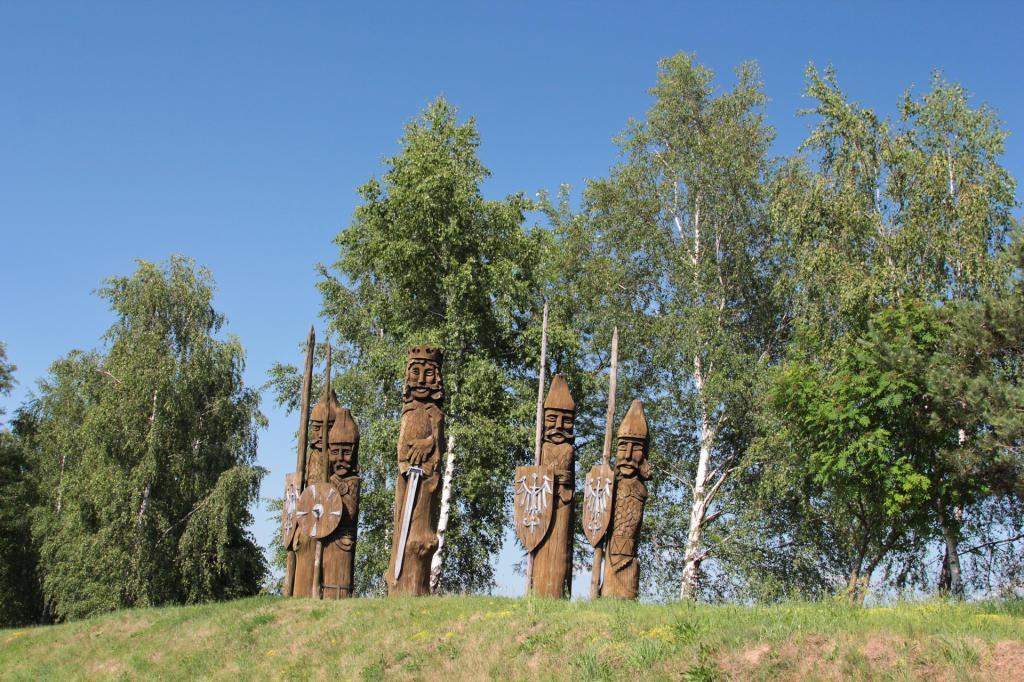 Lednogóra. Drewniane figury pierwszych Piastów
