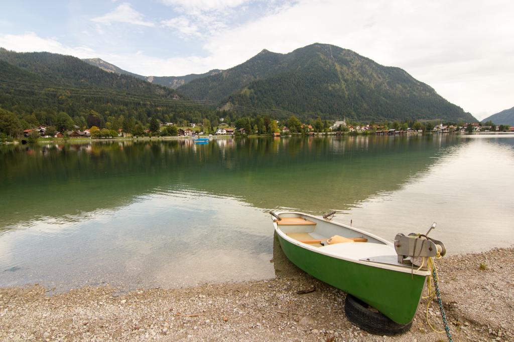 Niemcy: poranek nad jeziorem Walchensee