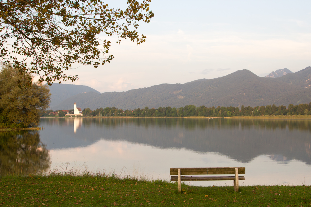 Niemcy: ławeczka nad jeziorem Forggensee