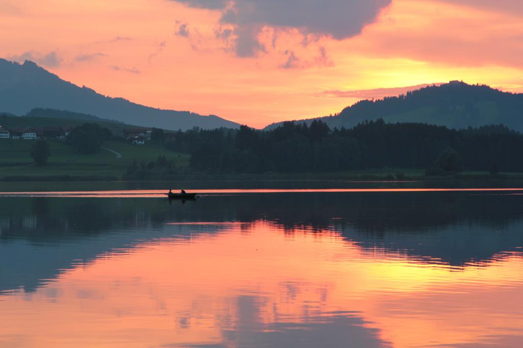 Niemcy: zachód słońca nad jeziorem Hopfensee