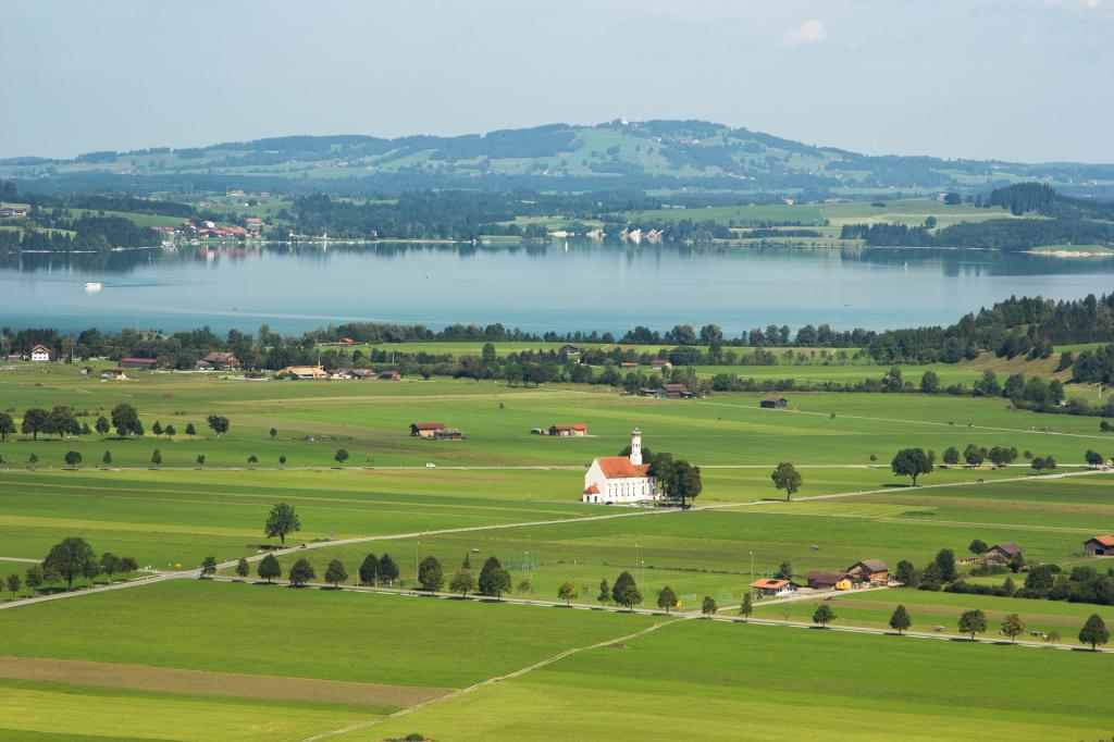 Niemcy: jezioro Forggensee widziane z okolic zamku Neuschwanstein