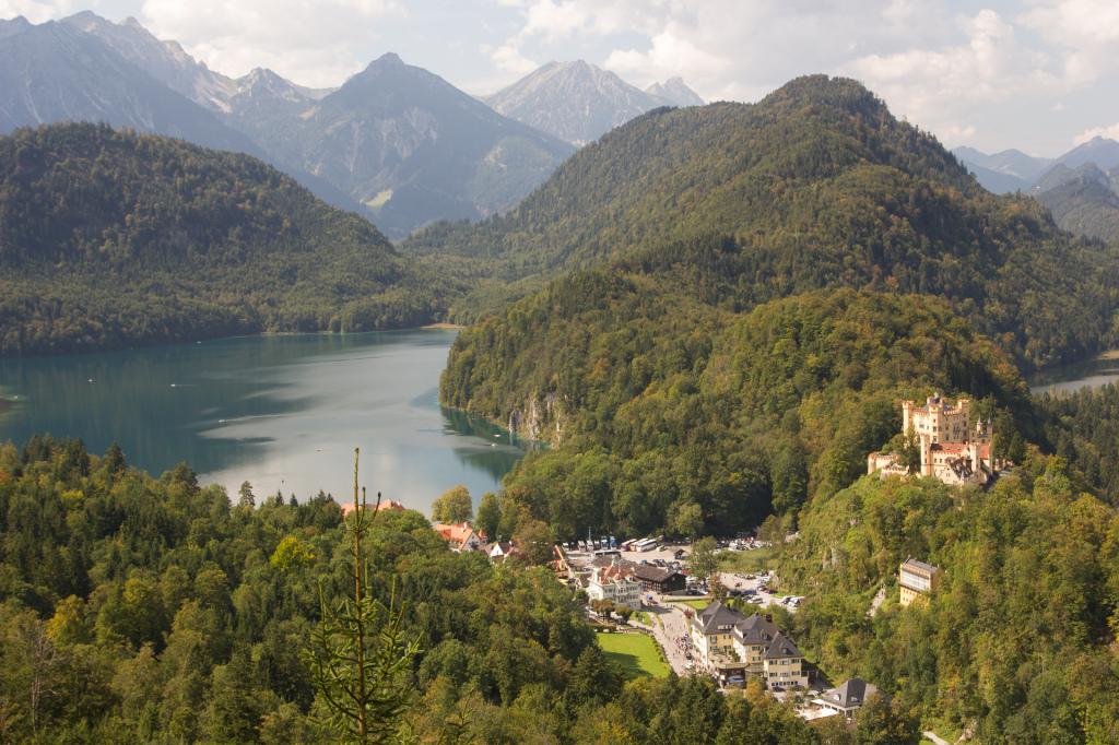 Niemcy: jezioro Alpsee i zamek Hohenschwangau widziany z okolic zamku Neuschwanstein