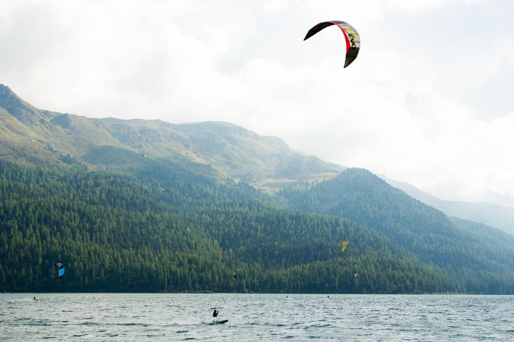 Szwajcaria: jezioro Silvaplana i kitesurferzy