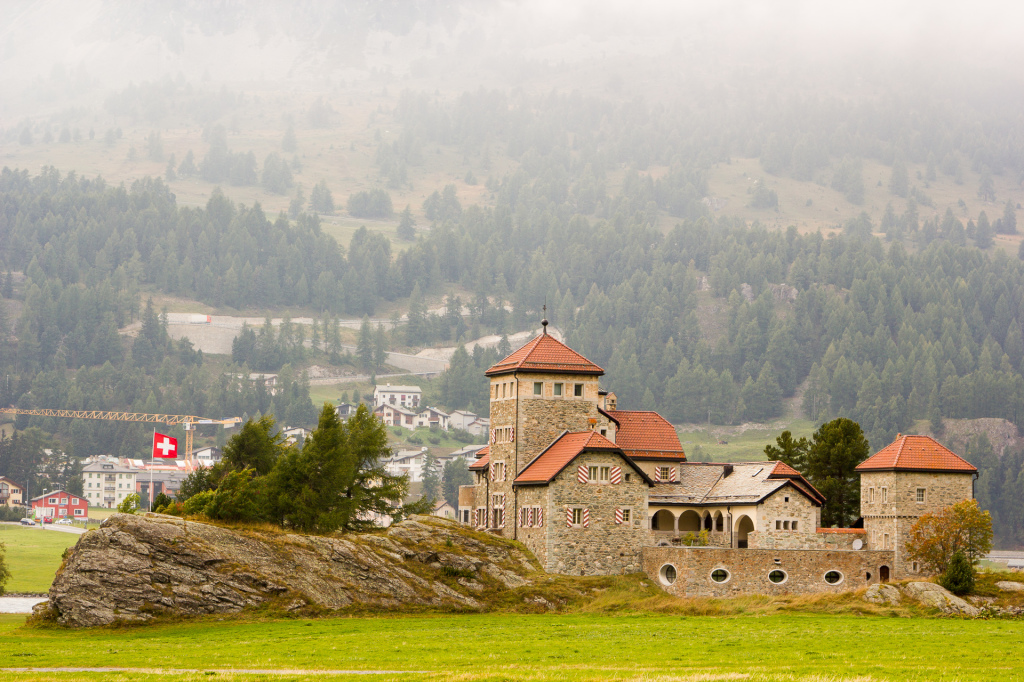 Szwajcaria: zamek Crap da Sass nad jeziorem Silvaplana