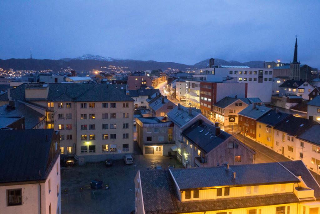 Bodø: widok na nocne miasto