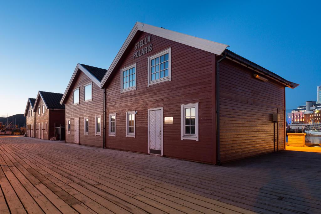 Bodø: kolorowe rorbu przy molo