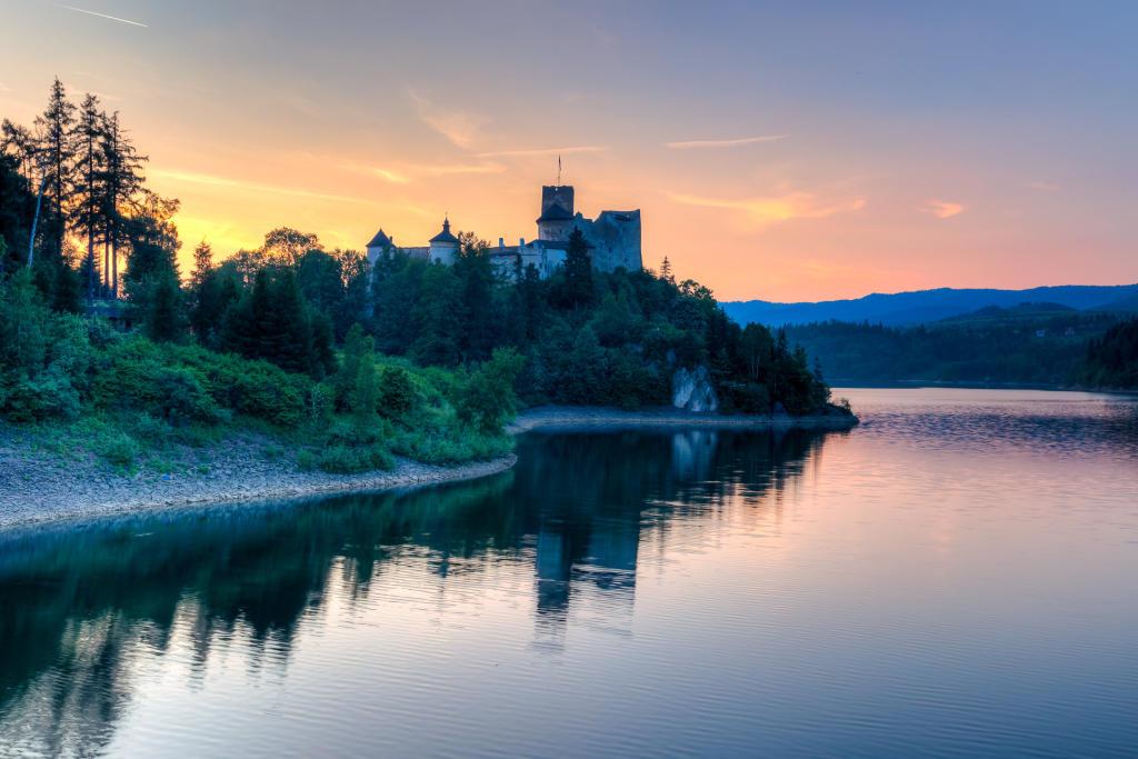 Zamek Dunajec o zachodzie słońca