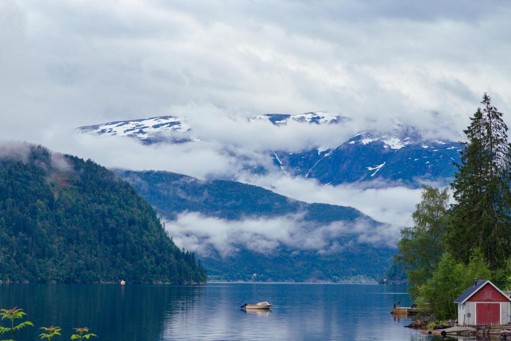 Hardangerfjord w okolicach Ulvika, w drodze do Eidfjordu