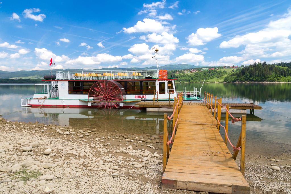 Statek pływający po jeziorze Czorsztyńskim