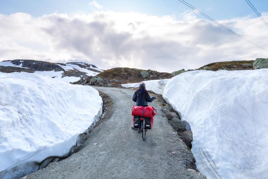 Rallarvegen - droga z fałdami śniegu