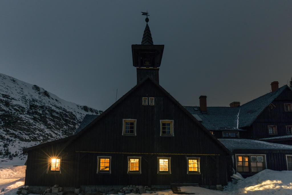 Schronisko Samotnia w nocy