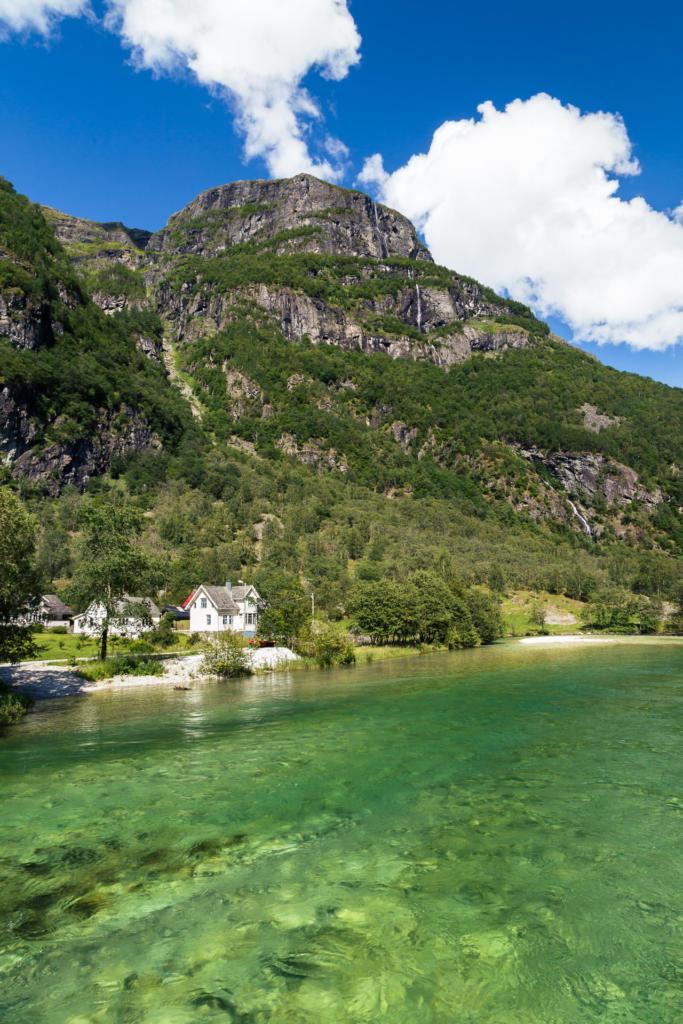 Rzeka Nærøydalselvi w dolinie Nærøydalen