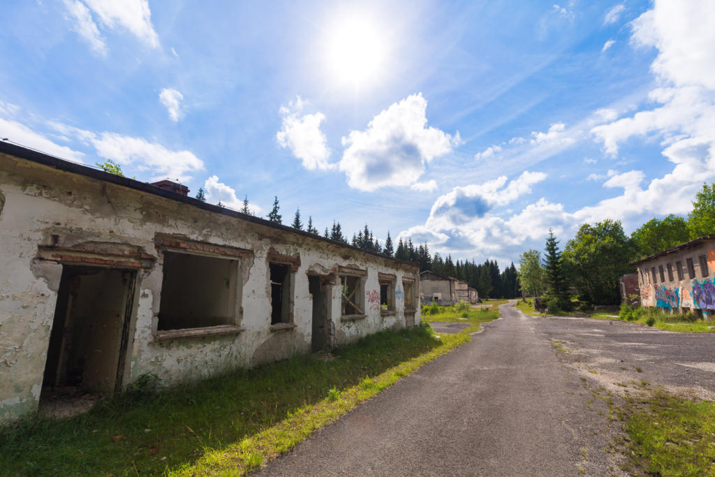 Opuszczone osiedle w Górach Izerskich